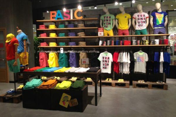 t-shirt-tee-retail-displays-gallery-009B793F893-99BB-25F8-11CF-E796ACEBD3E5.jpg