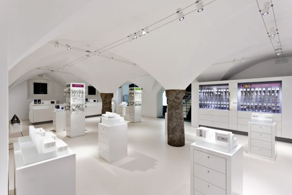 gallery-of-showcases-for-retail-display-used-in-luxury-art-and-museums-00014D4096D2-B286-763F-873C-D15FF0248E73.jpg