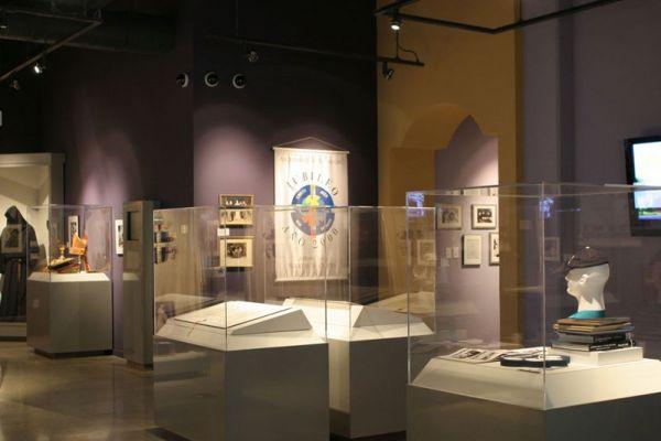 museum-showcases-2DAEE0CD9-3D22-86D2-CC83-D26EEB504D92.jpg
